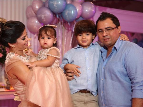 Xand, do Aviões do Forró, com a mulher, Isabele Temóteo, e os filhos Enzo e Maria Isabella (Foto: Divulgação)