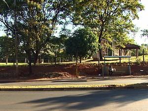 Vítima contou que foi abordada em ponto de ônibus de Araraquara (Foto: Marlon Tavoni/EPTV)