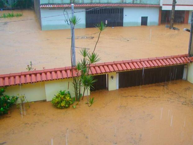 Chove forte em Alfredo Chaves. (Foto: Iara Farmagnani (VC no G1))