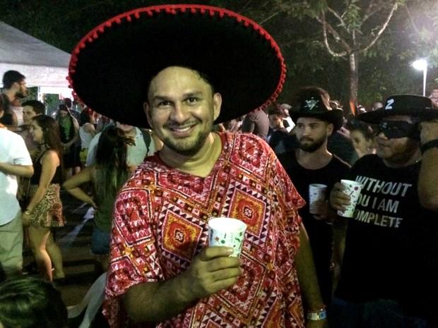 Adeilson Barroso, de 29 anos, é dentista e usou um sombreiro para vir ao Bloco do Cauxi (Foto: Rickardo Marques/G1 AM)