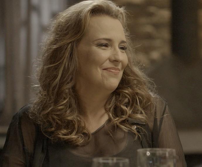 Emília não perde a chance de alfinetar a mãe de Melissa (Foto: TV Globo)