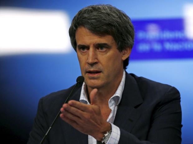Ministro da Fazenda, Alfonso Prat-Gay, anuncia fim das restrições cambiais na Argentina (Foto: Reuters)