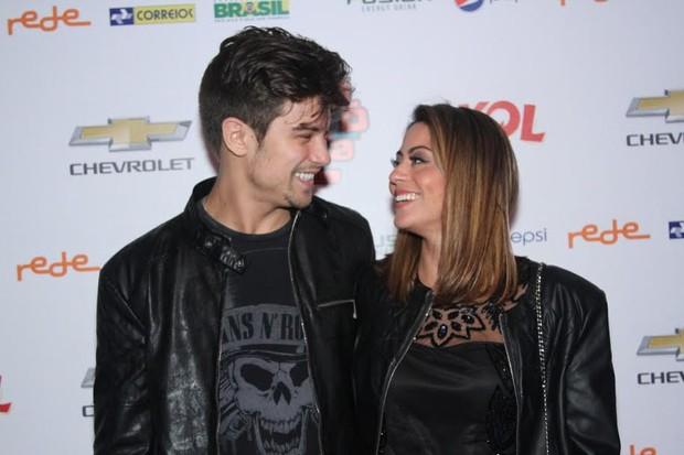 Carol Castro com o namorado (Foto: Thiago Duran/Ag.News)