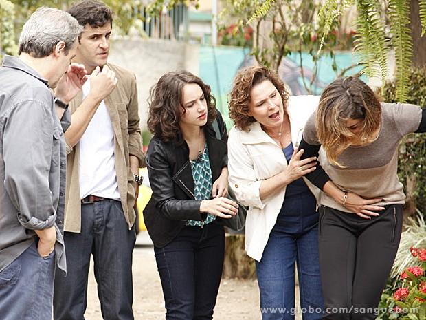 Amora finge passar mal e que está abortando (Foto: Ellen Soares/TV Globo)