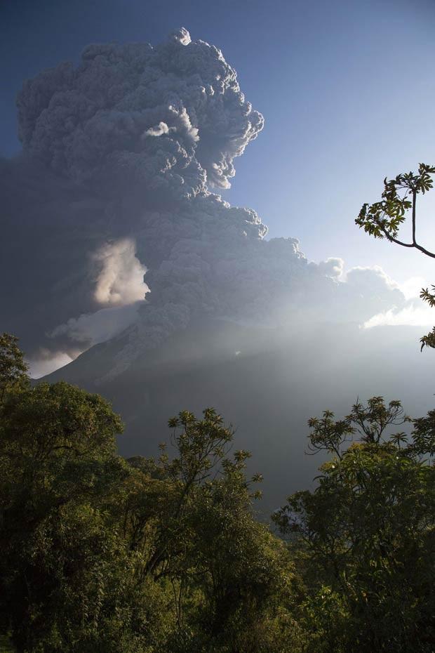 Vulcão Tungurahua, está em atividade desde 1999 e voltou a registrar explosões neste sábado (1°) (Foto: Cris Toala Olivares/ Reuters)