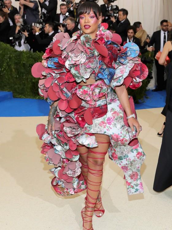 O controverso look de Rihanna rendeu vários memes nas redes sociais (Foto: Getty Images)