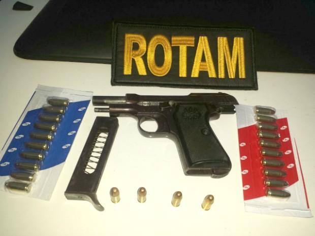 arma munições Pitangui MG (Foto: Polícia Militar/Divulgação)