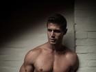 Jonas Sulzbach posa sensual e quase mostra demais