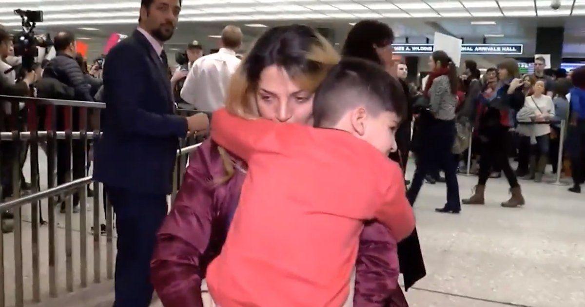 Reencontro de menino com sua mãe  (Foto: CNN)