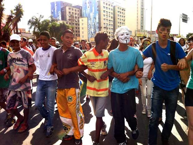 Manifestantes durante marcha contra a corrupção em Taguatinga na tarde desta segunda (24) (Foto: Káthia Mello/G1)