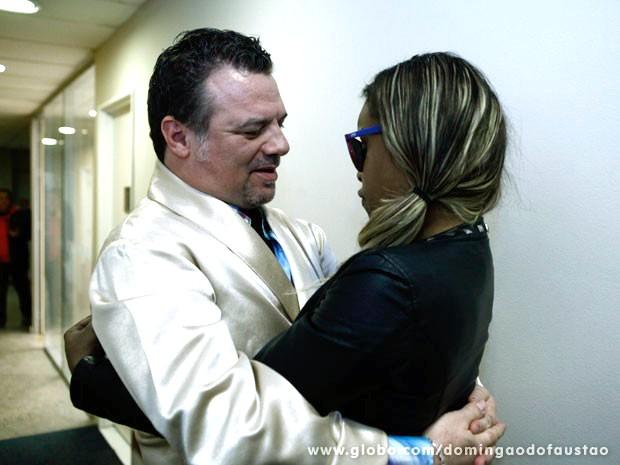 Os atores se abraçam nos corredores do programa (Foto: Domingão do Faustão / TV Globo)
