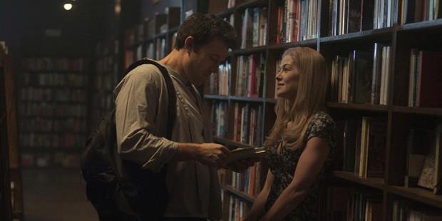 DF-04280_04333_COMP – Nick (Ben Affleck) and Amy (Rosamund Pike) have a memorable date.   (Foto: Divulgação)
