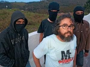 TREINAMENTO Leonardo Morelli, da ONG Defensoria Social, e três dos participantes do encontro. Ele influencia os Black Blocs com suas causas (Foto: Leonel Rocha/ÉPOCA)