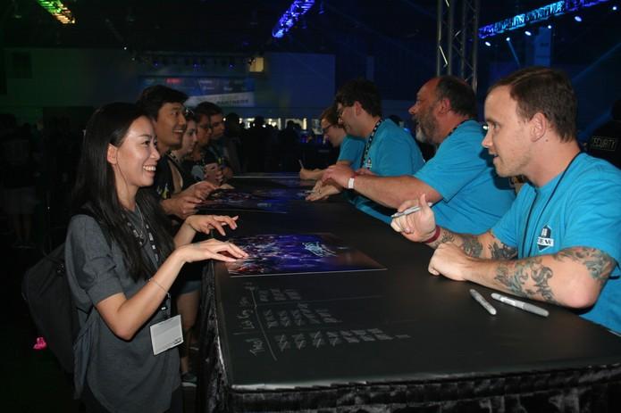 Pegue autógrafos de todos os produtores na BlizzCon (Foto: Felipe Vinha)