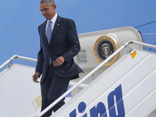 Barack Obama chega ao Aeroporto Internacional de Atenas, nesta terça-feira (15) (Foto: AP Photo / Pablo Martinez Monsivais)
