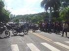 Mototaxistas interditam avenida em frente à Prefeitura de Piracicaba, SP