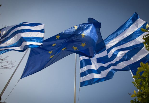 Bandeira da Grécia tremula ao lado da bandeira da União Europeia diante de edifício governamental em Atenas, Grécia (Foto: Matt Cardy/Getty Images)