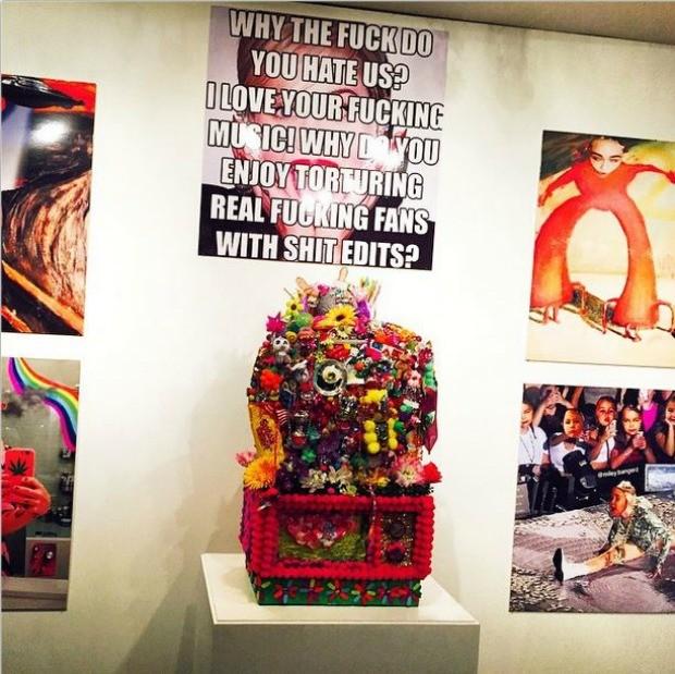 Obra de Miley Cyrus exposta no evento (Foto: Reproduo/ Instagram)