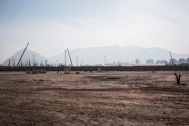 AOS POUCOS O Parque Olímpico da Barra, na quarta-feira, dia 21. Vergalhões de concreto armado surgem na superfície, sobre uma rede de dutos elétricos e um sistema hidráulico  (Foto: Stefano Martini/ÉPOCA)