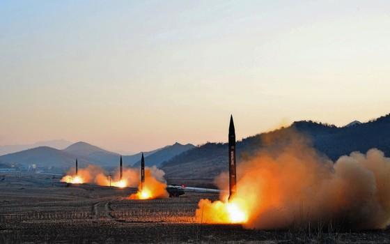 Imagens divulgadas pela Coreia do Norte mostram p lançamento dos mísseis.Seu alvo era o Mar do Japão (Foto: KCNA KCNA / Reuters)