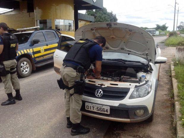 Agentes inspecionando veículo ainda no trecho da BR-010 (Foto: Divulgação/PRF)