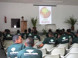 Detentos que fizeram curso ambiental em Tremembé participam de entrega de diploma (Foto: Divulgação/Florestas Inteligentes)