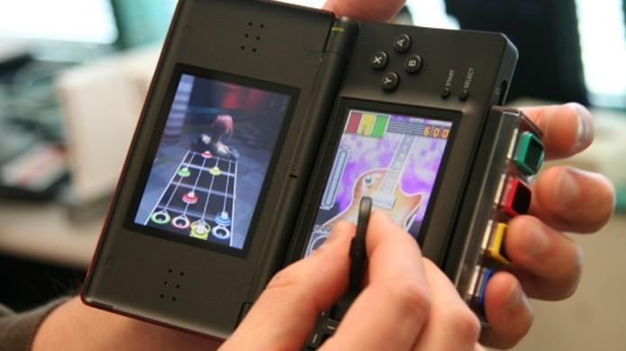 Guitar Grip para o Nintendo DS trouxe a experiência de Guitar Hero para o portátil (Foto: Reprodução/IGN)