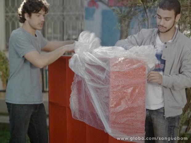 Bento desembrulha o presente de Amora (Foto: Sangue Bom/TV Globo)