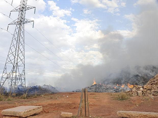 Equipes demoraram uma hora para controlar as chamas em área (Foto: Stephanie Freitas/G1)