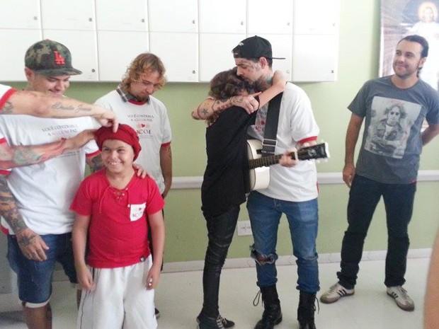 """Laisla abraça vovalista e se emociona com música """"Um cara de sorte"""" (Foto: Anna Lúcia Silva/G1)"""