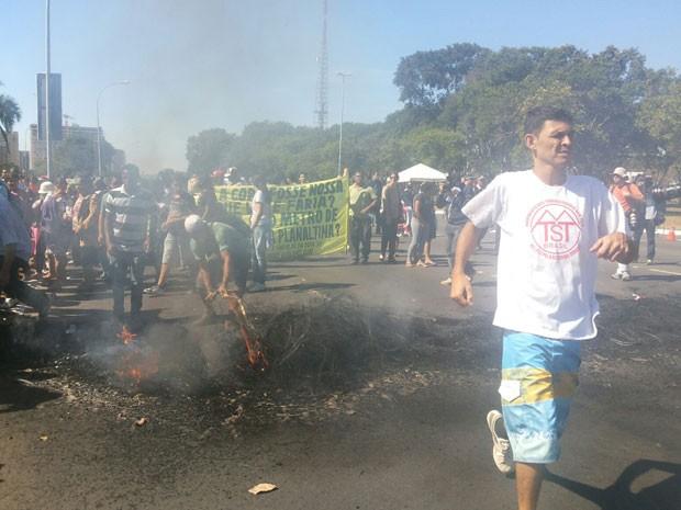 Protesto em frente Estádio Nacional de Brasília contra a Copa (Foto: Isabella Formiga/G1)
