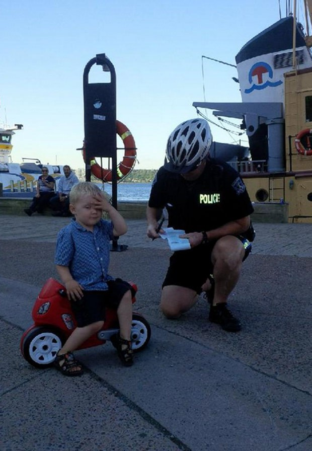 Policial simulou multar menino de três anos no Canadá (Foto: Reprodução/Twitter/Halifax_Police)
