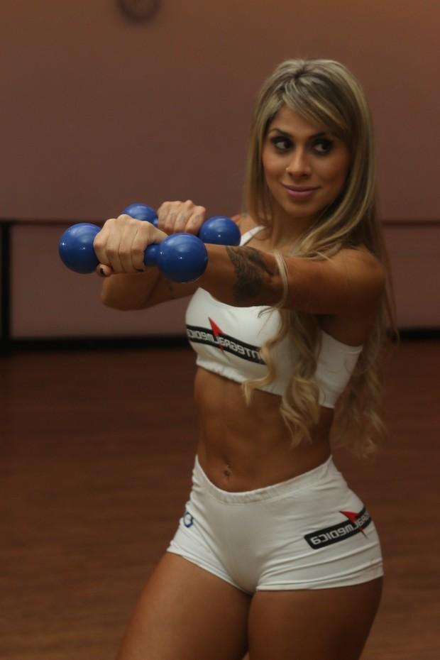 Vanessa se prepara para ser ring girl (Foto: Fred Pontes)