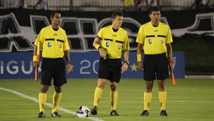 RN - árbitro Caio Max Augusto Vieira (centro) (Foto: Frankie Marcone/ABC FC/Divulgação)