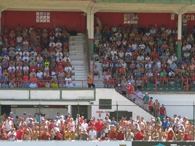 Torcida da Briosa em grande numero no estádio Ulrico Mursa (Foto: Antonio Marcos)