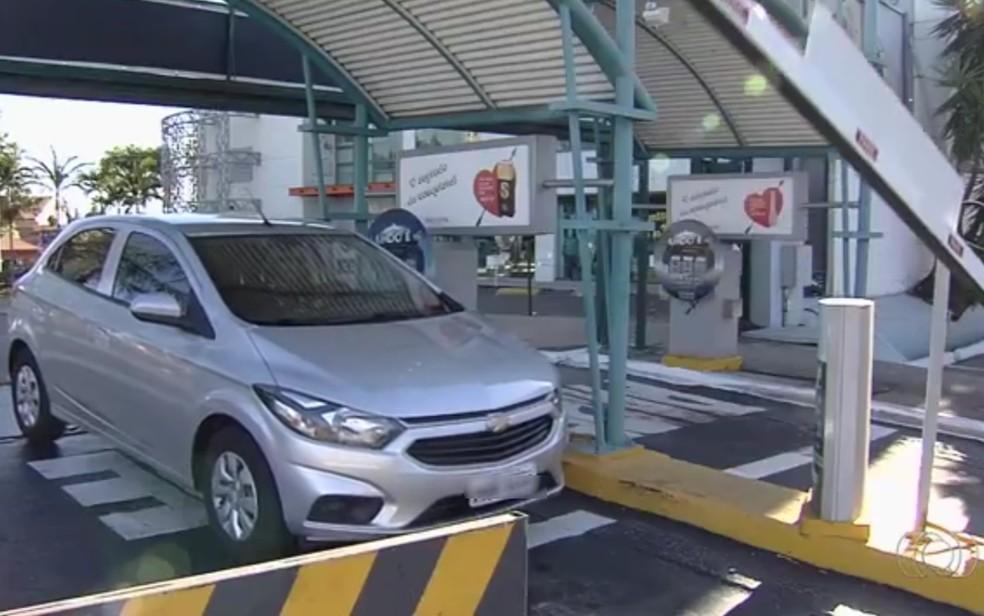 Lei de Natal proíbe cobrança de multa por perda de ticket de estacionamento (Foto: Reprodução/TV Anhanguera)