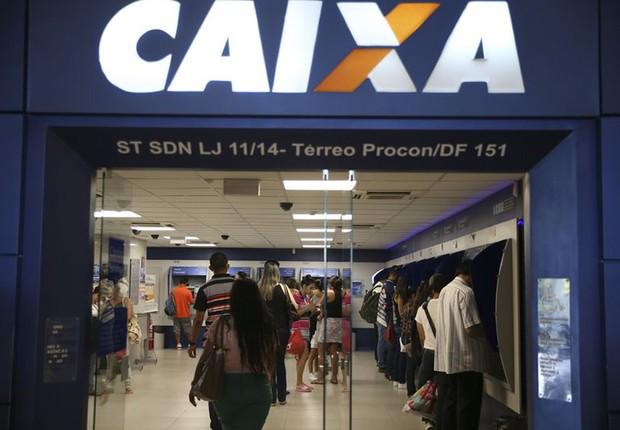 Agência da Caixa Econômica Federal fica cheia com consultas a contas inativas do FGTS (Foto: José Cruz/Agência Brasil)