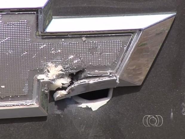 Bala atravessou o porta-malas e estofado do banco trazeiro do carro Goiás Goiânia (Foto: Reprodução/ TV Anhanguera)