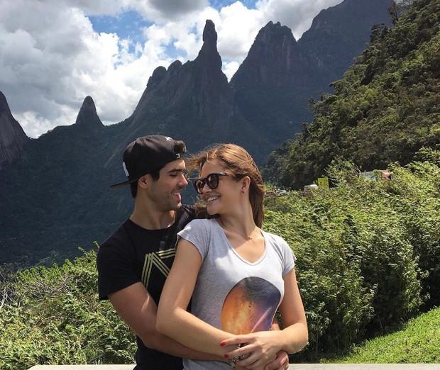 Juliano e Juliana: juntinhos com o Dedo de Deus ao fundo (Foto: Reprodução /  Instagram)