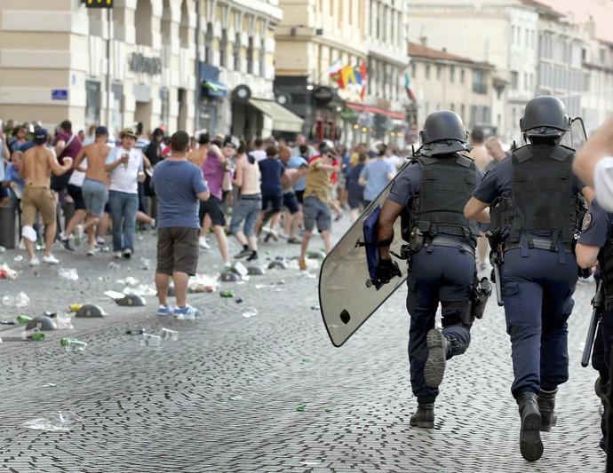 Polícia em Marselha briga Rússia x Inglaterra (Foto: Reuters)