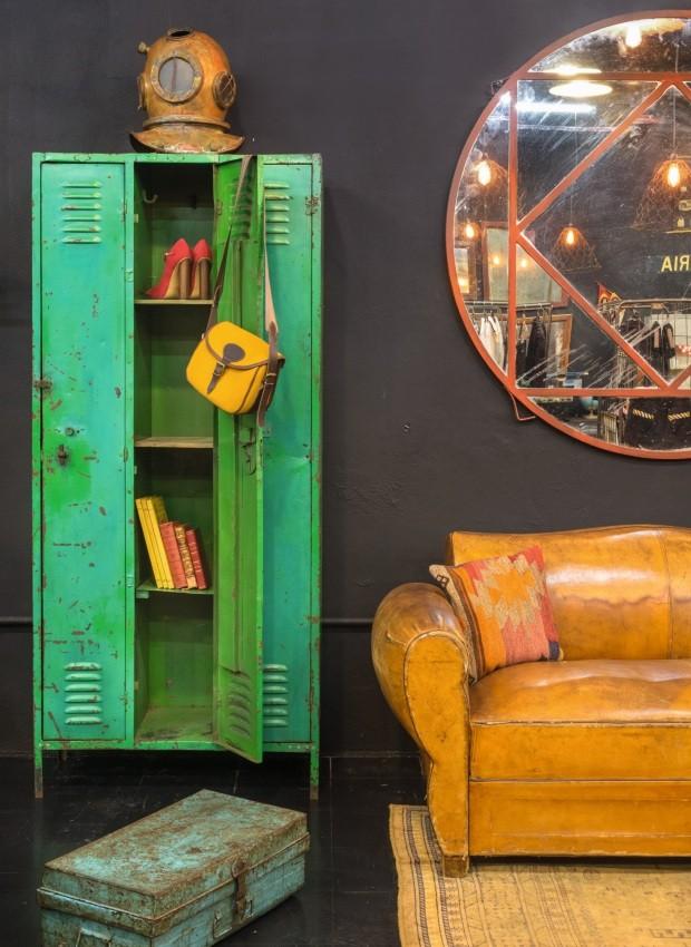 Armário Locker, de metal, 0,88 x 1,97 x 0,38 m, R$ 9 mil. Sofá Club Chair, de couro, 1,70 x 0,83 x 0,90 m, R$ 28.800 (Foto: Alexandre Disaro /  Editora Globo)