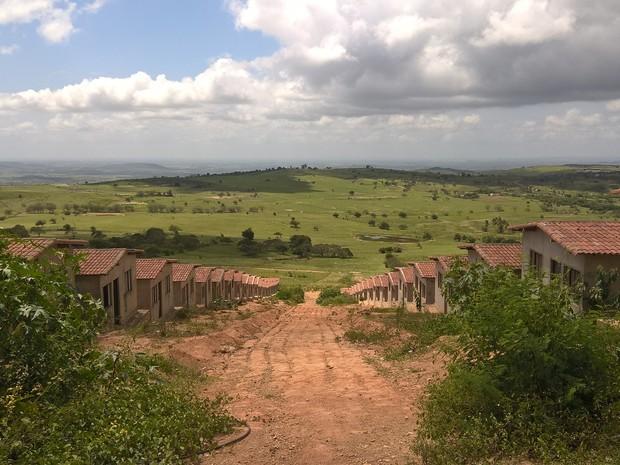 Obras de 40 casas estão paralisadas em Dona Inês (Foto: Diogo Almeida/G1)