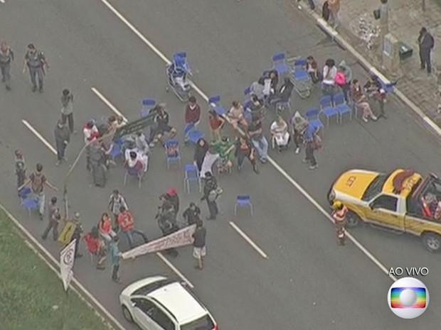 Estudantes protestam na Avenida Doutror Arnaldo (Foto: Reprodução/ TV Globo)