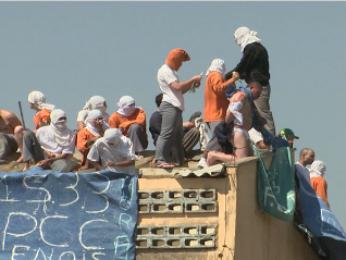 Presos subiram no telhado da penitenciária com os reféns (Foto: Reprodução RPC TV)