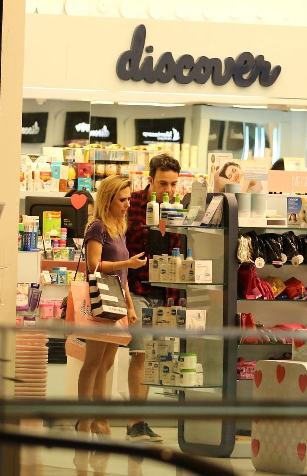 Tatá Werneck e Marcelo Médici em shopping (Foto: Fabio Moreno/AgNews)