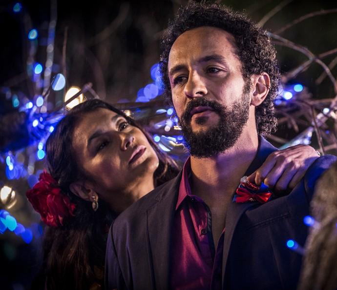 Beatriz e Bento percebem a verdadeira intenção do Saruê (Foto: Felipe Monteiro/ Gshow)