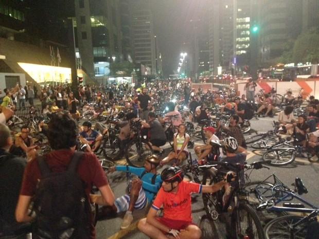 Ciclistas sentam na Avenida Paulista (Foto: Roney Domingos/G1)