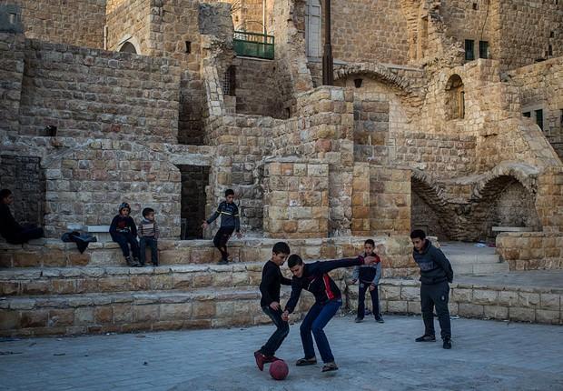 Meninos brincando em Hebron (Foto: Chris McGrath / Getty Images)