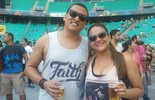 Casais embalam romance com trilhas do rock no 1º dia do Festival
