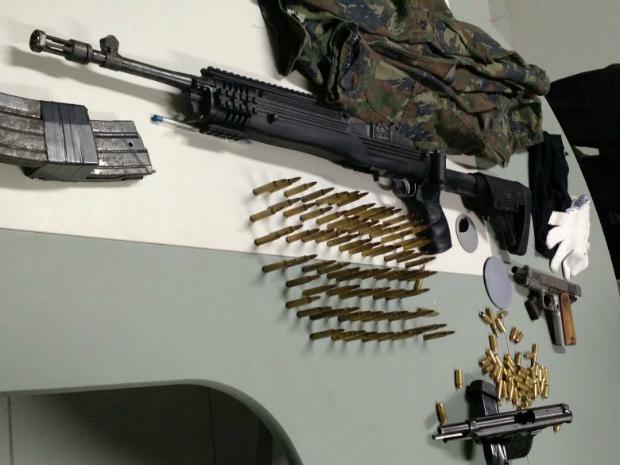 """Com o suspeito, polícia apreendeu pistola, fuzis e """"farta munição"""" (Foto: Polícia Civil/Divulgação)"""